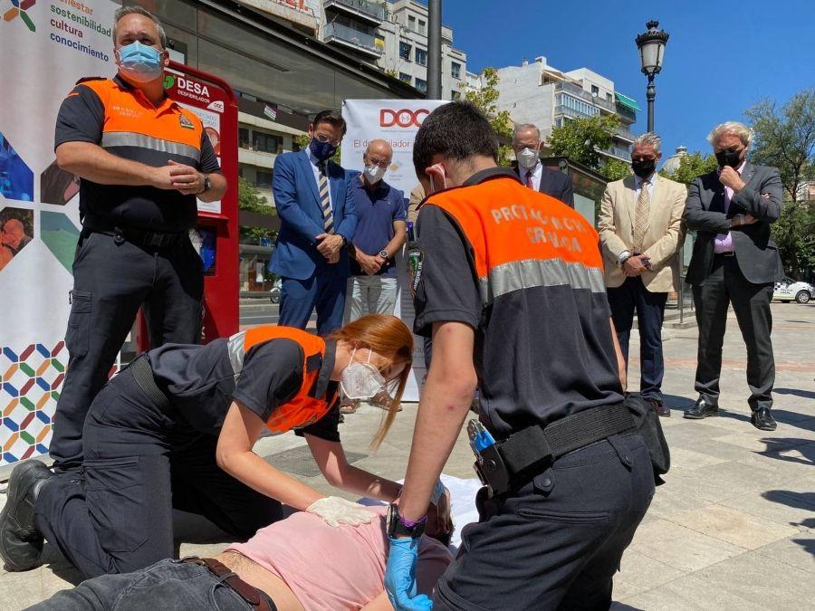 Granada estrena sus dos primeros desfibriladores que se instalarán en la ciudad para convertirla en un entorno cardioprotegido
