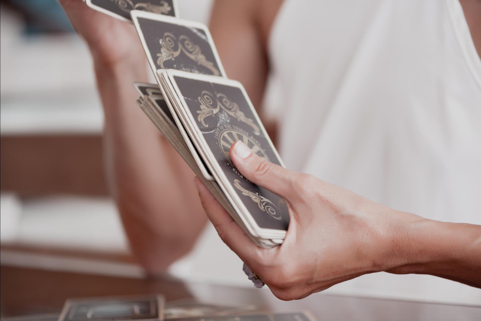 Tarot de Luz María: el Tarot Luz de Luna gana posiciones en el terreno digital y se considera una de las opciones mejor valoradas en el mercado