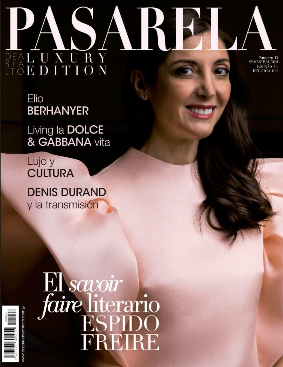 Espido Freire se convierte en portada de la revista Pasarela de Asfalto