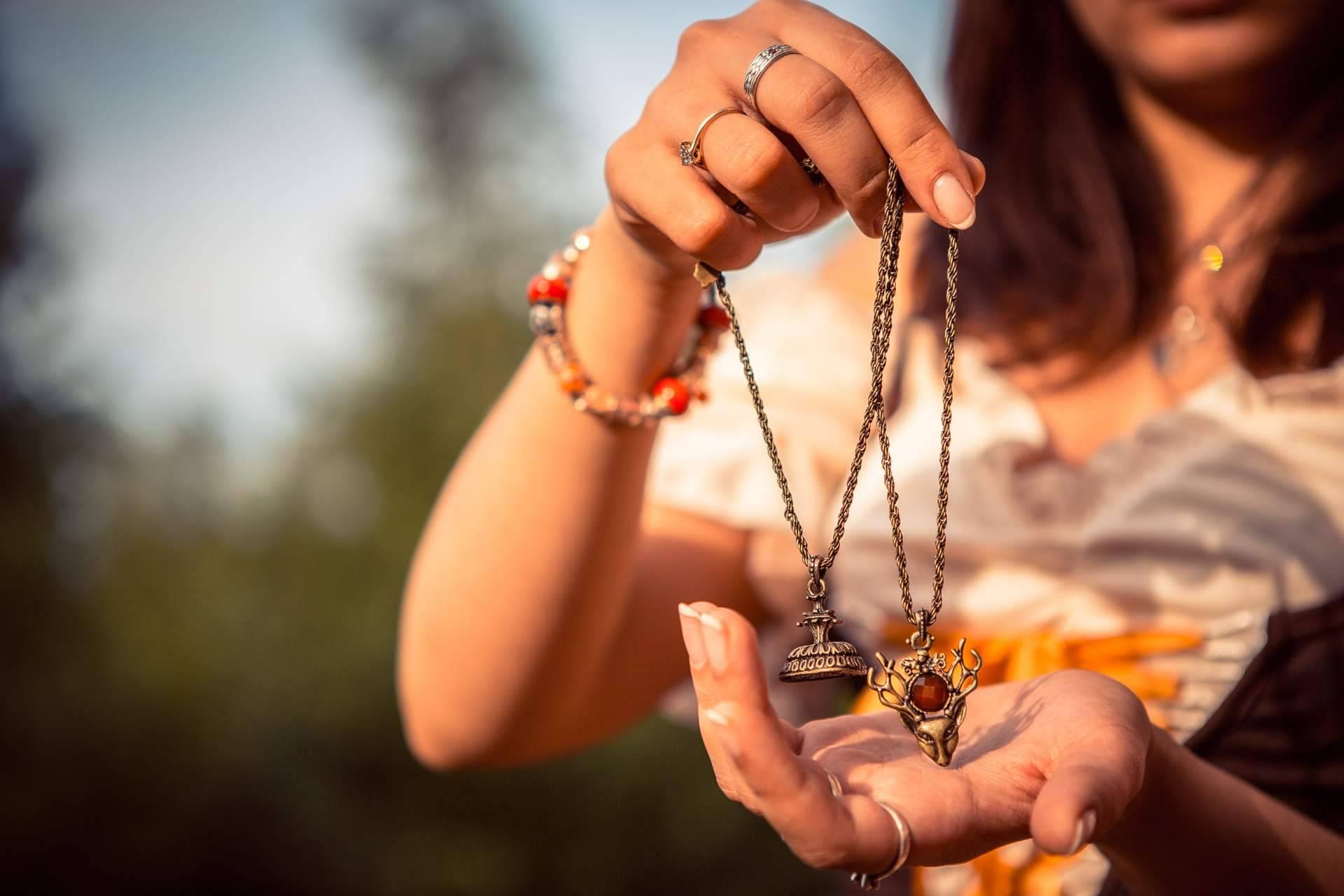 Experta en la adivinación con talismanes y amuletos, Alicia Caballero es una vidente recomendada